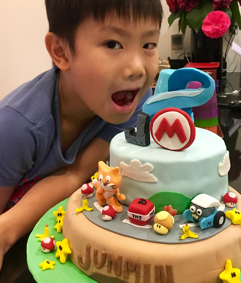 Can you post Jun Min's favourite characters on this cake? Hint: #Scratcher #mBot